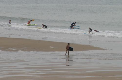Faire du surf au bord de la mer aux sables d'olonne en Vendée