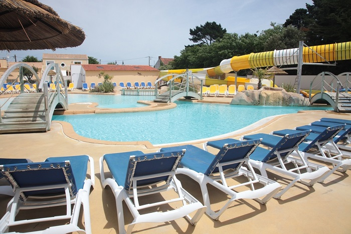 Piscine exterieur transat camping le domaine de l 39 or e for Transat piscine