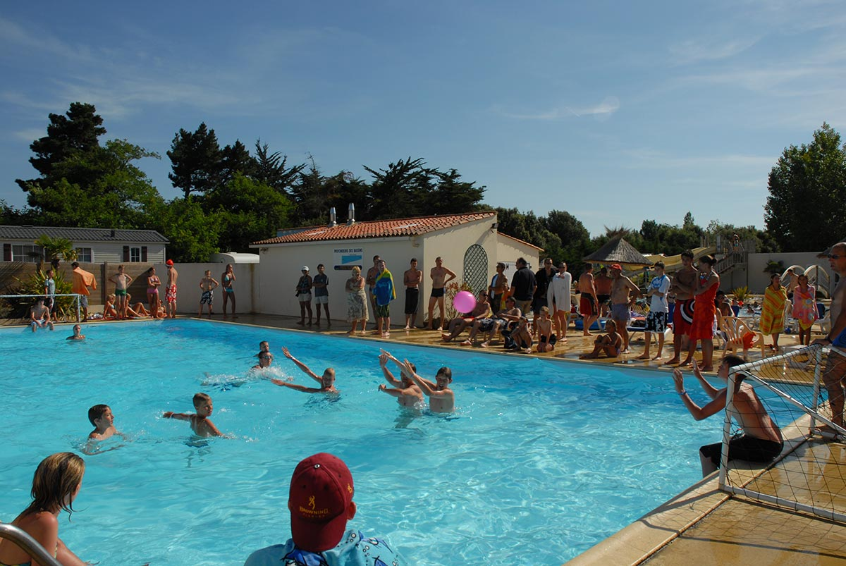 animation-piscine-waterpolo-camping-domaine-oree-olonne-sur-mer-2