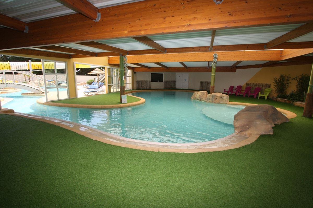 piscine intérieure chauffée du camping les Sables d'Olonne