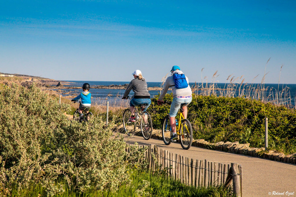 Vélo en bord de mer près du camping
