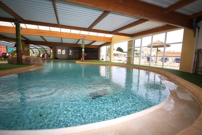 piscine du camping avec emplacements bord de mer