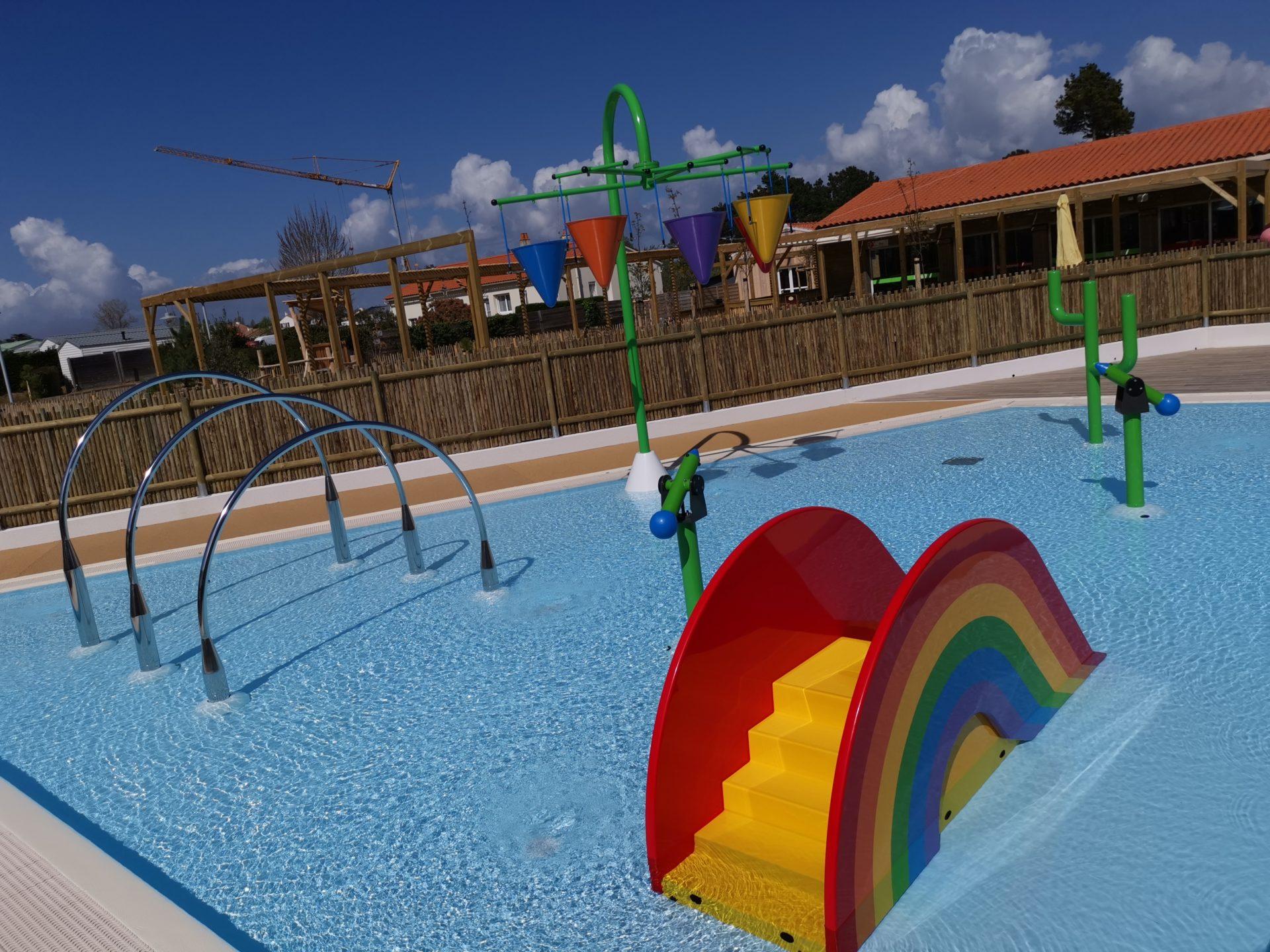 Extérieur-piscine-ludique-camping-domaine-de-l-oree-vendee