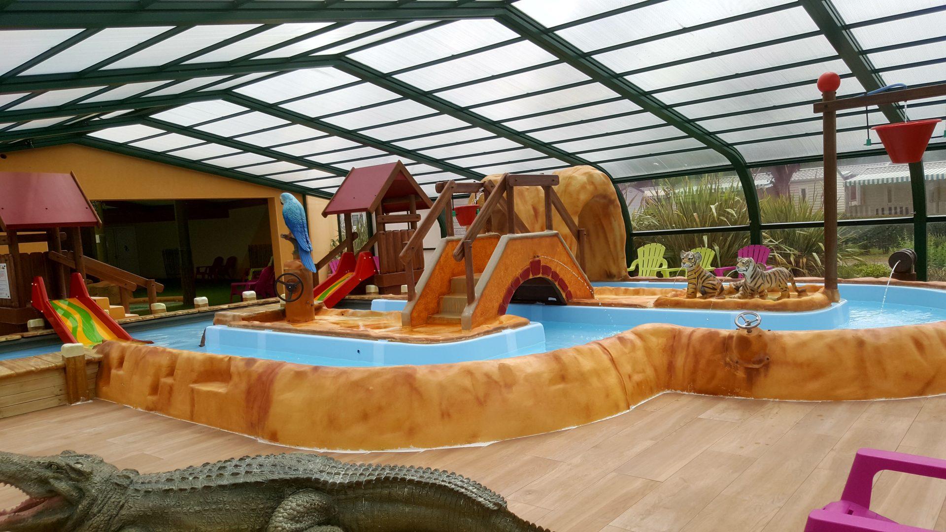 interieur-piscine-ludique-camping-domaine-de-l-oree-vendee